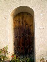 Detall de la porta d'accés a la capella de Sant Jaume, situada a la façana de migdia