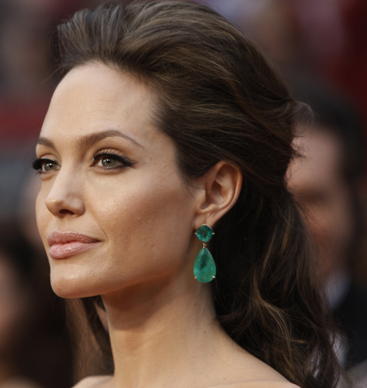 http://2.bp.blogspot.com/-1yaXsoxOY14/Tj3HN5FTCBI/AAAAAAAAAK8/3m5htEqE2Pg/s1600/angelina-jolie-earrings_edited-1.jpg