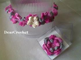 bandana dan bros bunga