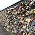 [Photos] Τους έπεσε βαρύς ο ρομαντισμός: Αφαιρούν 1 εκατ. «λουκέτα της αγάπης» βάρους 45 τόνων!