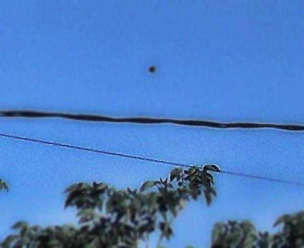 FOTO,ORIGINAL.R.B.Q.UFO SOBRE CABLES.**