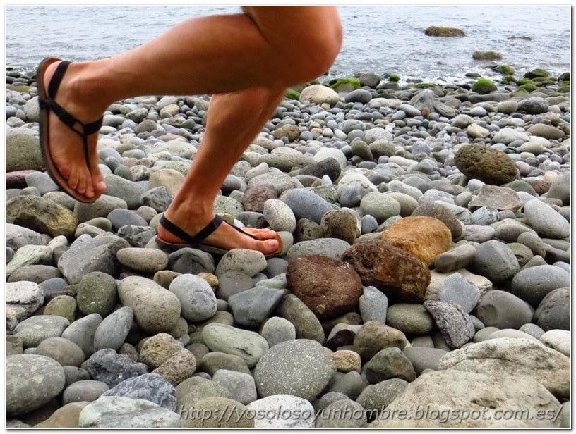 Corriendo con sandalias por las piedras