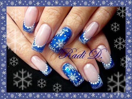 Маникюр в синьо с декорация Снежинки