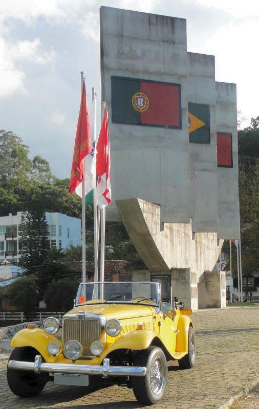 Na serra fluminense um MP Lafer amarelo chama a atenção defronte ao monumento que marca a  influência de Portugal na região.