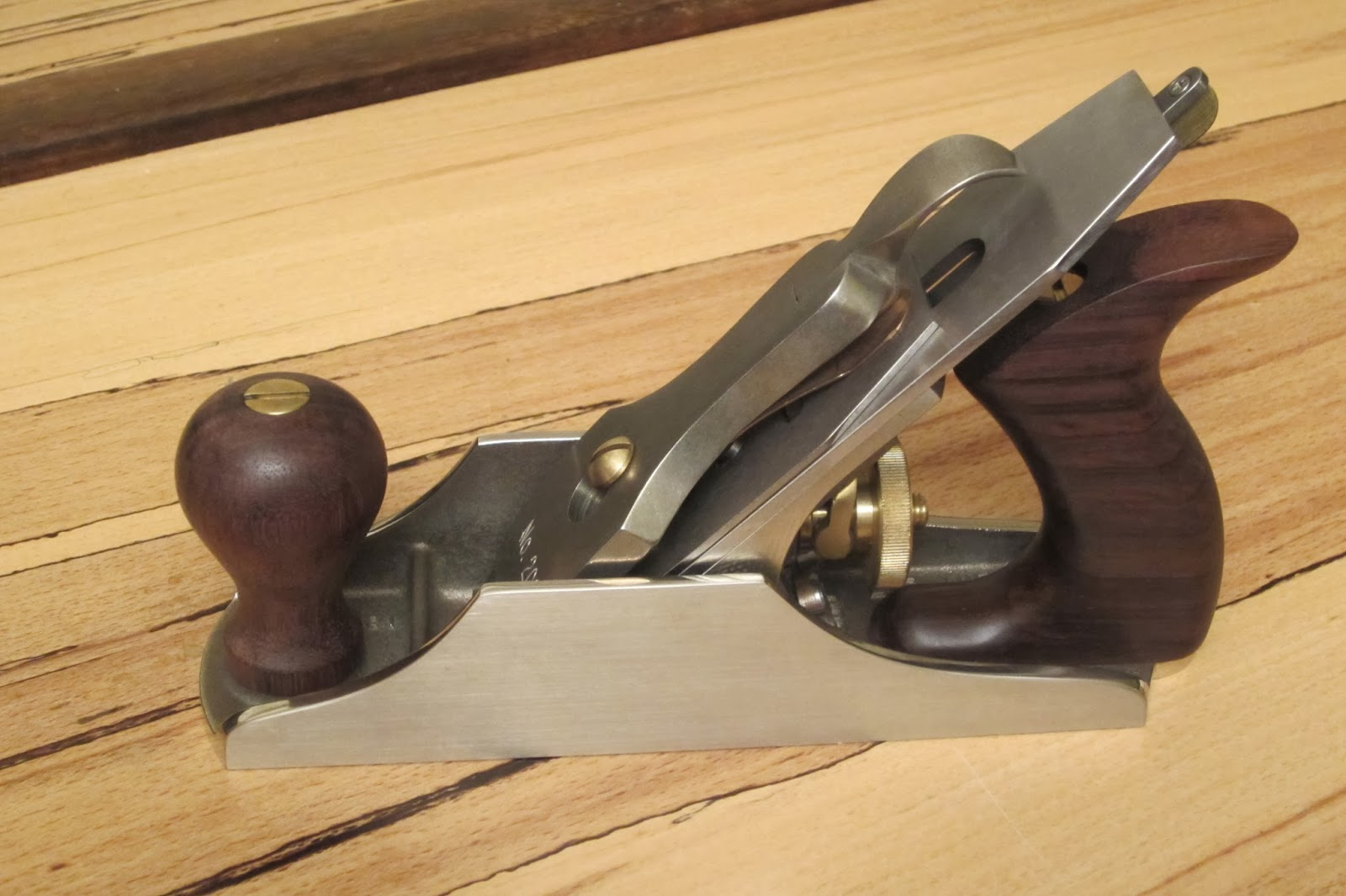 lee nielsen planes. i recently aquired a limited edition lie nielsen no 2, or in this case, an ln 2000 bench plane. it is cast white bronze with rosewood handles. lee planes