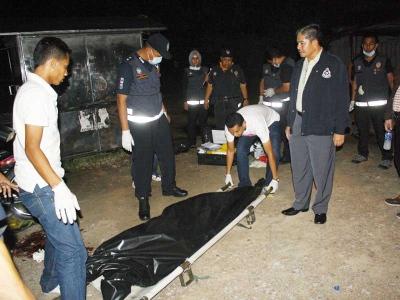 Peluru tembus kening kiri, KOTA BHARU: Seorang lelaki warga Bangladesh maut dalam keadaan mengerikan selepas dua das tembakan yang dilepaskan penyerangnya mengenai belakang kepalanya sehingga menembusi kening sebelah kiri dalam kejadian di Lorong Tok Gading dekat Jalan Bayam, di sini, kelmarin.