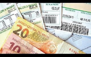 """Falta de pagamento de contas de luz já respondia por 6,47% das dívidas dos brasileiros em junho. O tarifaço aplicado pelo governo nas contas de luz ao longo do primeiro semestre do ano já triplicou o crescimento da inadimplência no setor. Com aumentos nas tarifas superiores a 50% em algumas regiões do País, a expansão dos calotes nas faturas saltou de uma variação média de cerca de 6% no começo do ano para 17,35% em junho, na comparação com os mesmos meses de 2014. A preocupação das distribuidoras de energia é que esse problema resulte no crescimento de outro: os furtos de energia, popularmente conhecidos como """"gatos"""" na rede elétrica."""