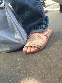 Homem usando sandálias de couro tradicionais - Pés Masculinos - Huaraches