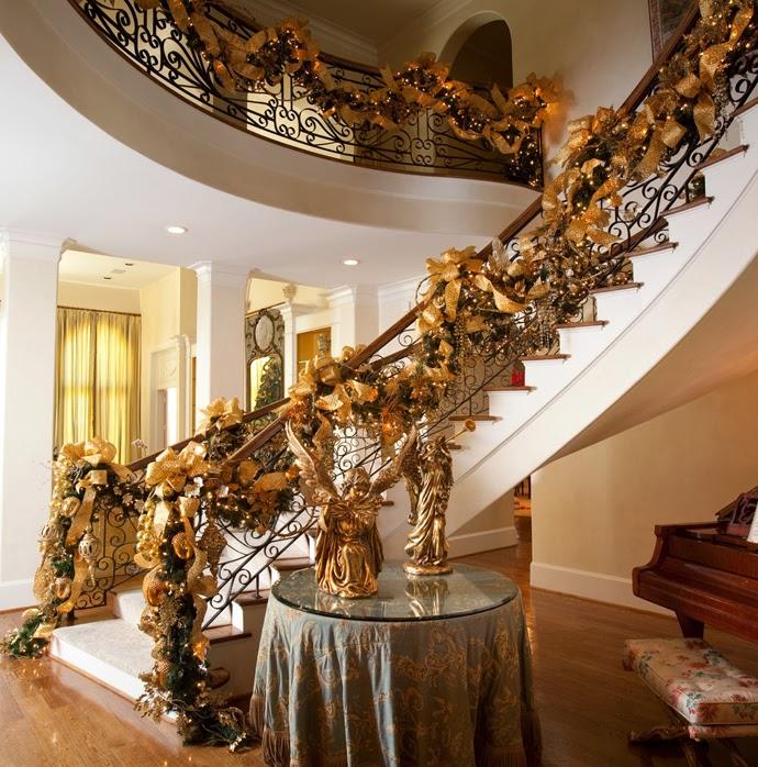 asimismo puedes usar guirnaldas para hacer tu propia corona navidea o para otros adornos navideos para la decoracin de puertas de navidad o