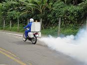 Supervisor Enock em apoio a campanha contra a dengue( motofog)