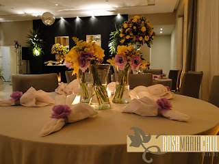 porta guardanapo lilás, arranjo amarelo e lilás, parede fake, espelhos