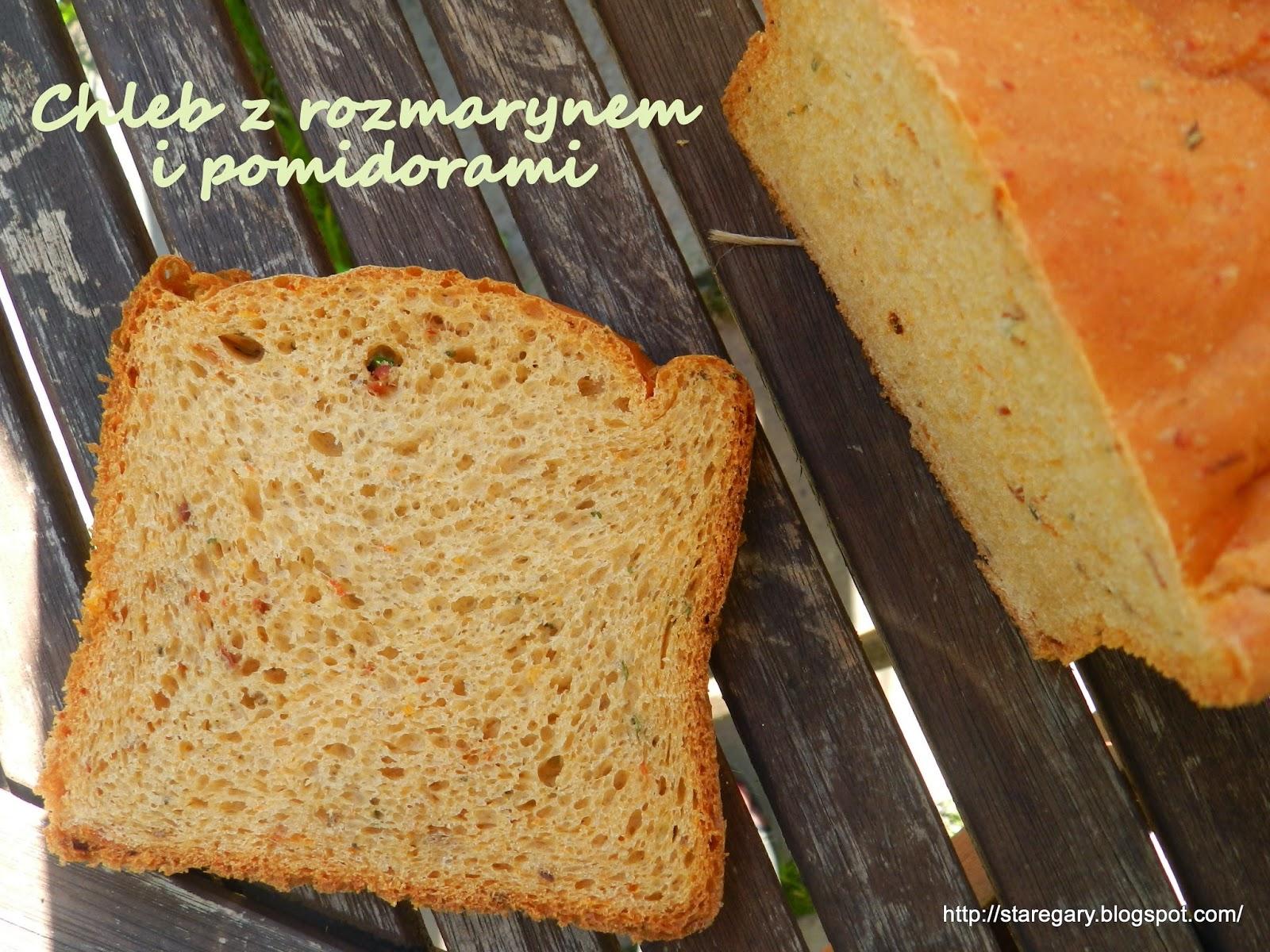 Chleb na drożdżach z rozmarynem i pomidorami z maszyny do chleba
