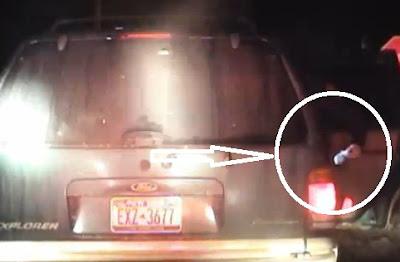 policia americana pone evidencia en el auto de un hombre negro