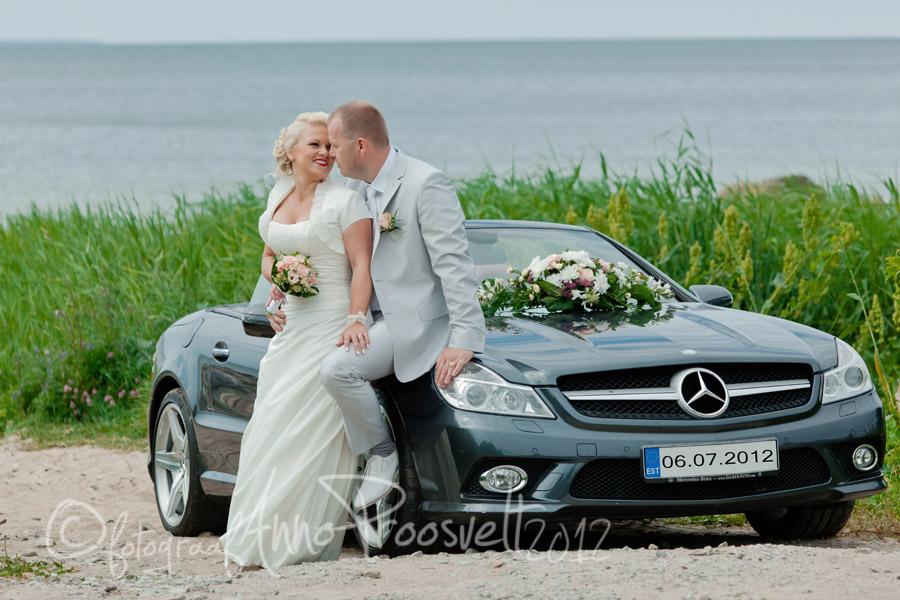 pruutpaar-pulmaautoga-rannas