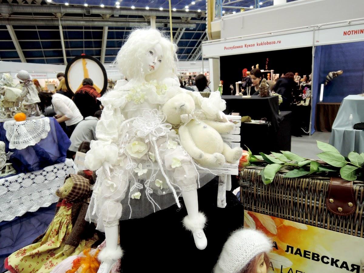 белая кукла