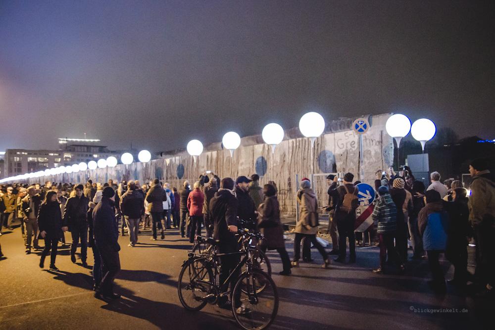 Berliner Mauer an der Kochstraße und Menschen an der Lichtgrenze