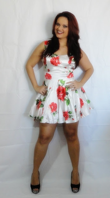 http://www.shein.com/White-Sleeveless-Bandeau-Floral-Tank-Dress-p-113393-cat-1727.html?utm_source=guchasmake.blogspot.com.br&utm_medium=blogger&url_from=guchasmake.blogspot.com.br