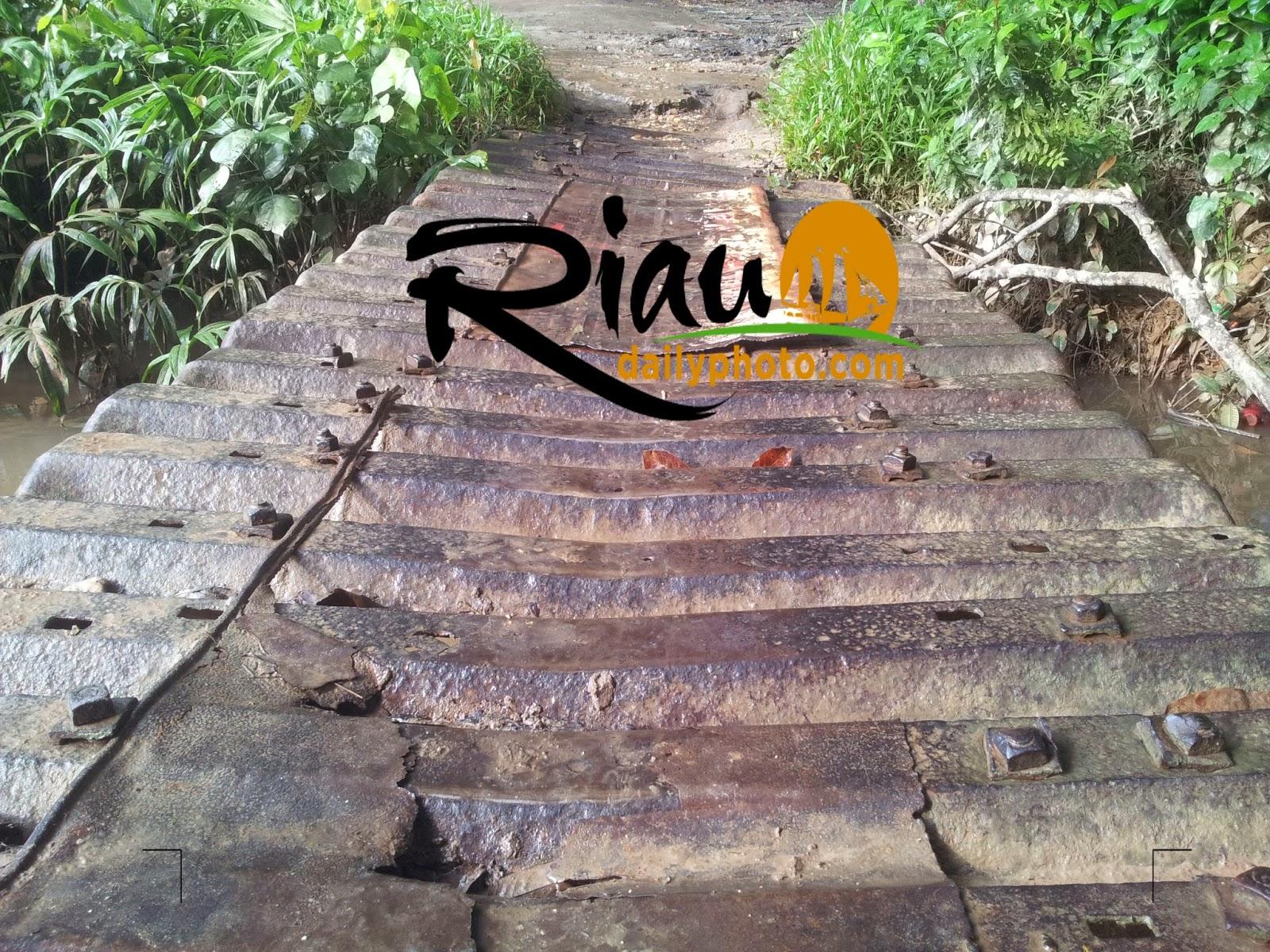 di Desa Koto Baru dan bantalan rel tersebut digunakan sebagai jembatan penyeberangan Akhirnya pencarian kami ke Desa Koto Baru terbayar dengan