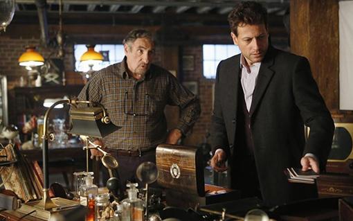 Judd Hirsch y Ioan Gruffudd, en una escena de Forever