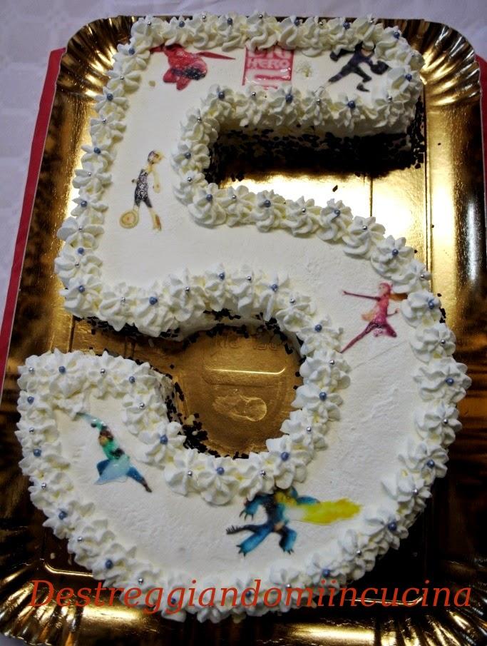 Destreggiandomi in cucina torta 5 anni for Isola cucina a forma di torta