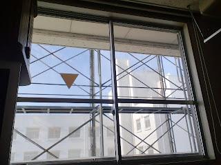 写真:ベッド脇の窓から見えた青空
