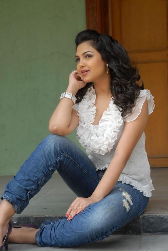 Actress Priyanka Tiwari New Hot Stills Photos glamour images