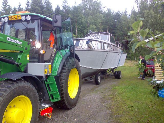 Traktorin kuljetus trailerilla
