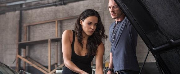 Michelle Rodriguez e Luke Evans em VELOZES & FURIOSOS 6 (Fast & Furious 6)