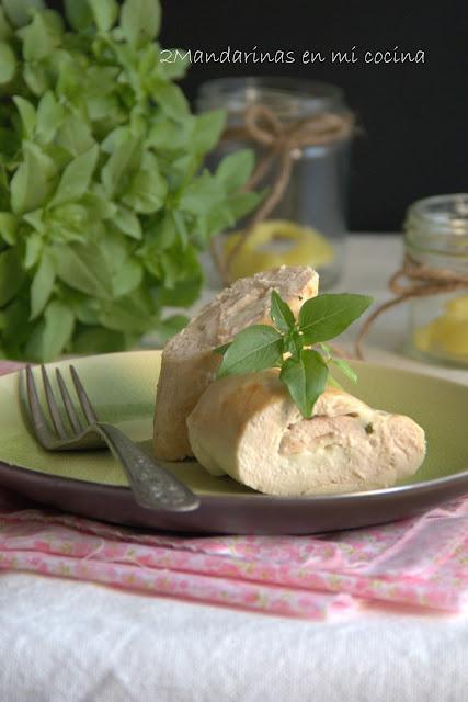 Rollo de pechuga de pollo con queso de cabra y albahaca