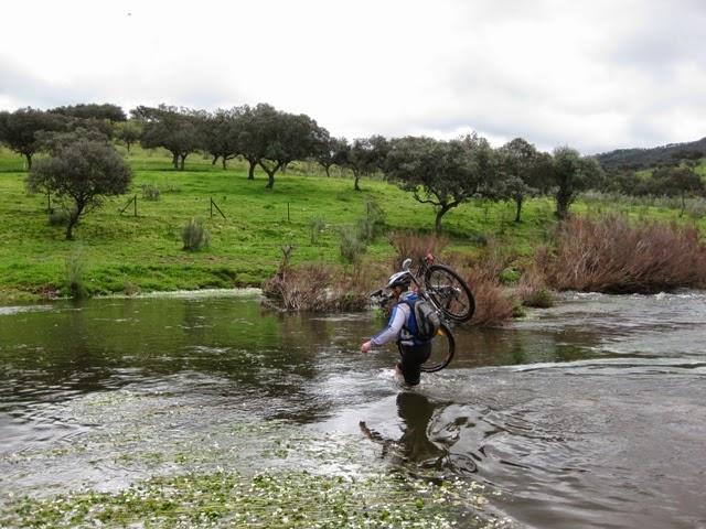 Atravesando el Arroyo del Caño