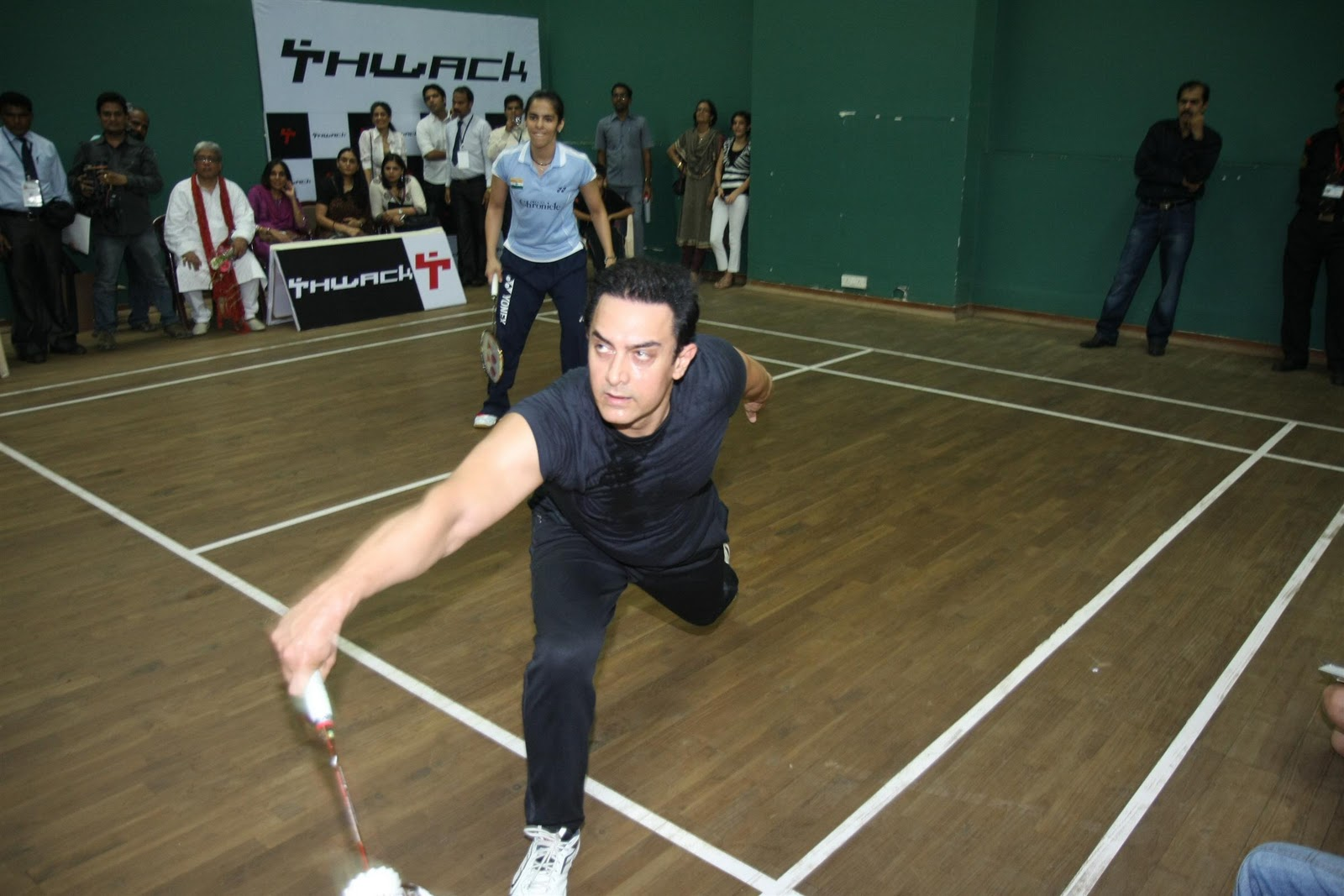 http://2.bp.blogspot.com/-273iQYddthk/TutwSS9nFeI/AAAAAAAAE_o/9RDwP5bpX98/s1600/Aamir-Khan-Saina-Nehwal-at-exhibition-match-14.JPG