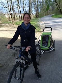 Mit dem Fahrrad: Mutter und Kind
