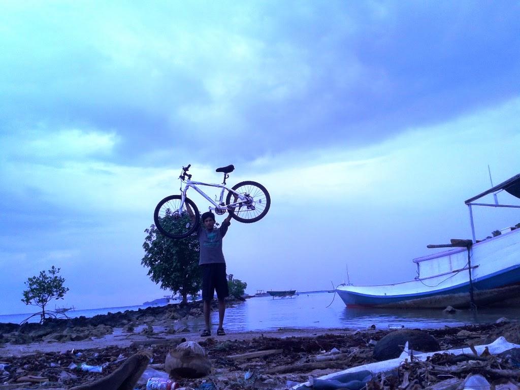 Berpose dulu bareng sepeda di pantai Hadirin