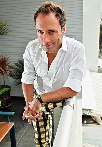 Carlos Galdós con sonrisa pícara