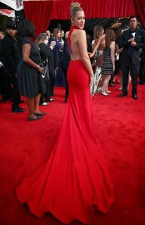 Колби Кейлат в червена рокля с гол гръб и шлейф на Грами 2014