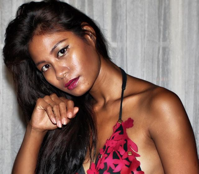 Beauté khmère aux allures presque polynésiennes. Il s'agit d'une jeune mannequin occasionnelle qui avait participé à un défilé de maillots de bains dans un restaurant de la place.