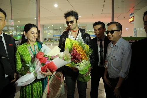 Nữ diễn viên Smita Bansal cũng không giấu được xúc động trước tình cảm các fan dành cho mình.