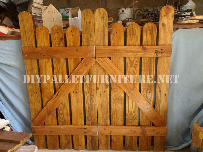 Puertas para jard n con palets for Como hacer una puerta con tablas de madera