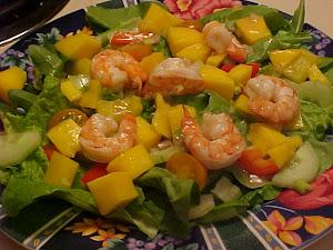 Salade à la mangue, à l'avocat et aux crevettes,vinaigrette à l'ail
