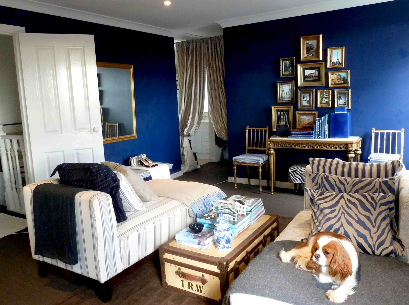 A library of design the enduring appeal of navy blue for Navy blue family room