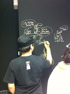 Dibujando una tira del Sr. Fantasma en el café
