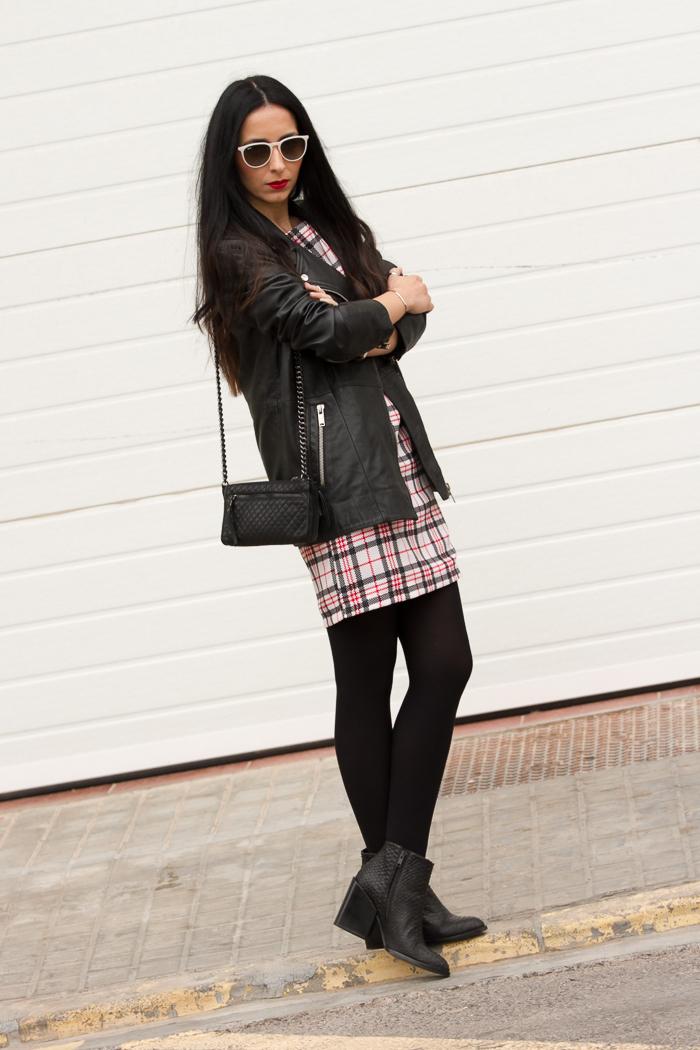 Vestido corto estampado de cuadros con bolso y botines de Zara