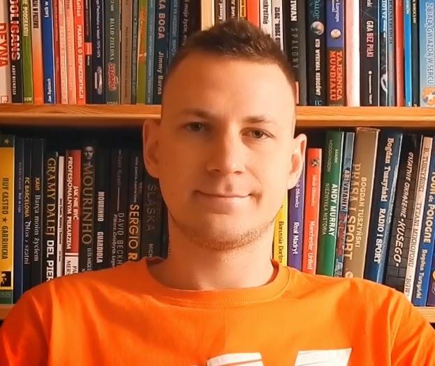 """Piotr Stokłosa, SUM ZARZĄDZANIE W SPORCIE, autor Bloga: Książki Sprotowe: Blog Książki Sportowe to wyraz mojej pasji, którą rozwijam od jedenastego roku życia. Właśnie wtedy na urodziny dostałem od rodziców książkę ówczesnego selekcjonera reprezentacji Polski, Jerzego Engela, """"Futbol na tak"""". Zaczęło się od tej właśnie pozycji, a z czasem moja kolekcja książek o sporcie zaczęła się powiększać. W lutym 2012 roku w ramach zajęć na Uniwersytecie Opolskim założyłem bloga. Po kilkunastu miesiącach hobbystycznego pisania nawiązałem współpracę z wydawnictwami, a strona szybko zaczęła zyskiwać popularność. Dziś to jedyne w Polsce miejsce, w którym można znaleźć informacje na temat wszystkich pozycji sportowych ukazujących się w naszym kraju. Moja domowa biblioteczka także rozrosła się z biegiem lat do sporych rozmiarów i dzisiaj mieści już grubo ponad 500 książek, wśród których można znaleźć wiele wydawniczych perełek."""
