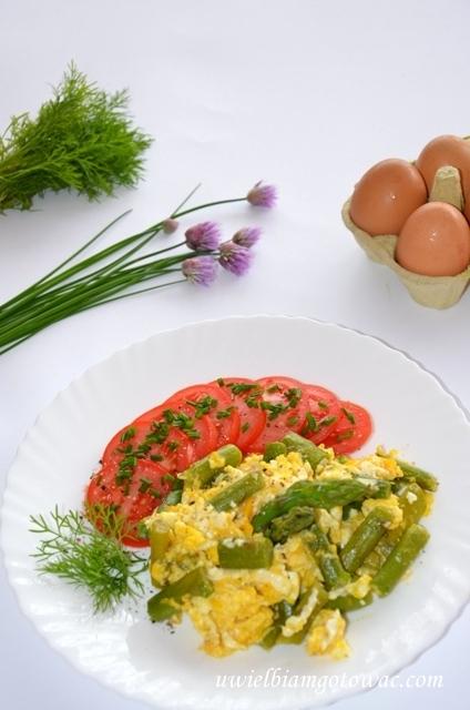 Jajecznica ze szparagami