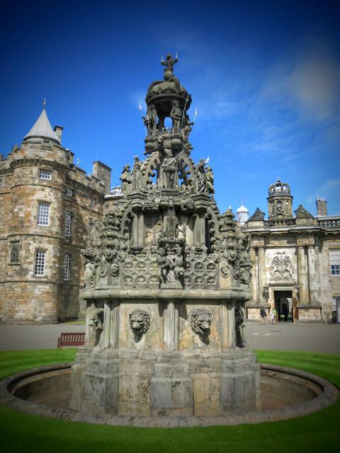 Palatset Holyrood i Edinburgh