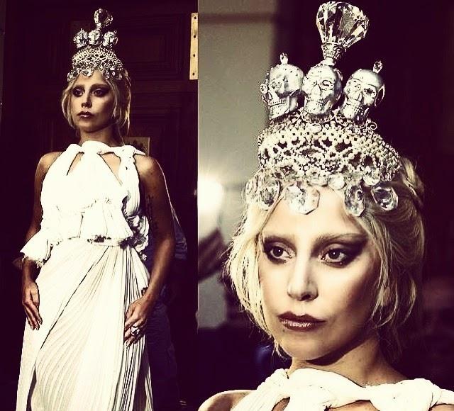 Lady Gaga luce una corona de tres cráneos