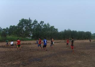 lapangan bola di musim kemarau, lapangan alternatif, potret sepak bola indonesia