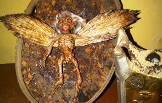 Jenglot yaitu sebuah benda kecil yang wujudnya ibarat insan atau setengah insan y 6 Foto Jenglot Asli, Jenis, dan Lokasi Penemuannya