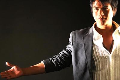 Foto de Américo extendiendo el brazo