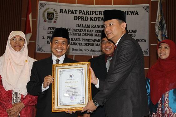 DPRD Berikan Penghargaan Diakhir Jabatan Nur Mahmudi Ismail
